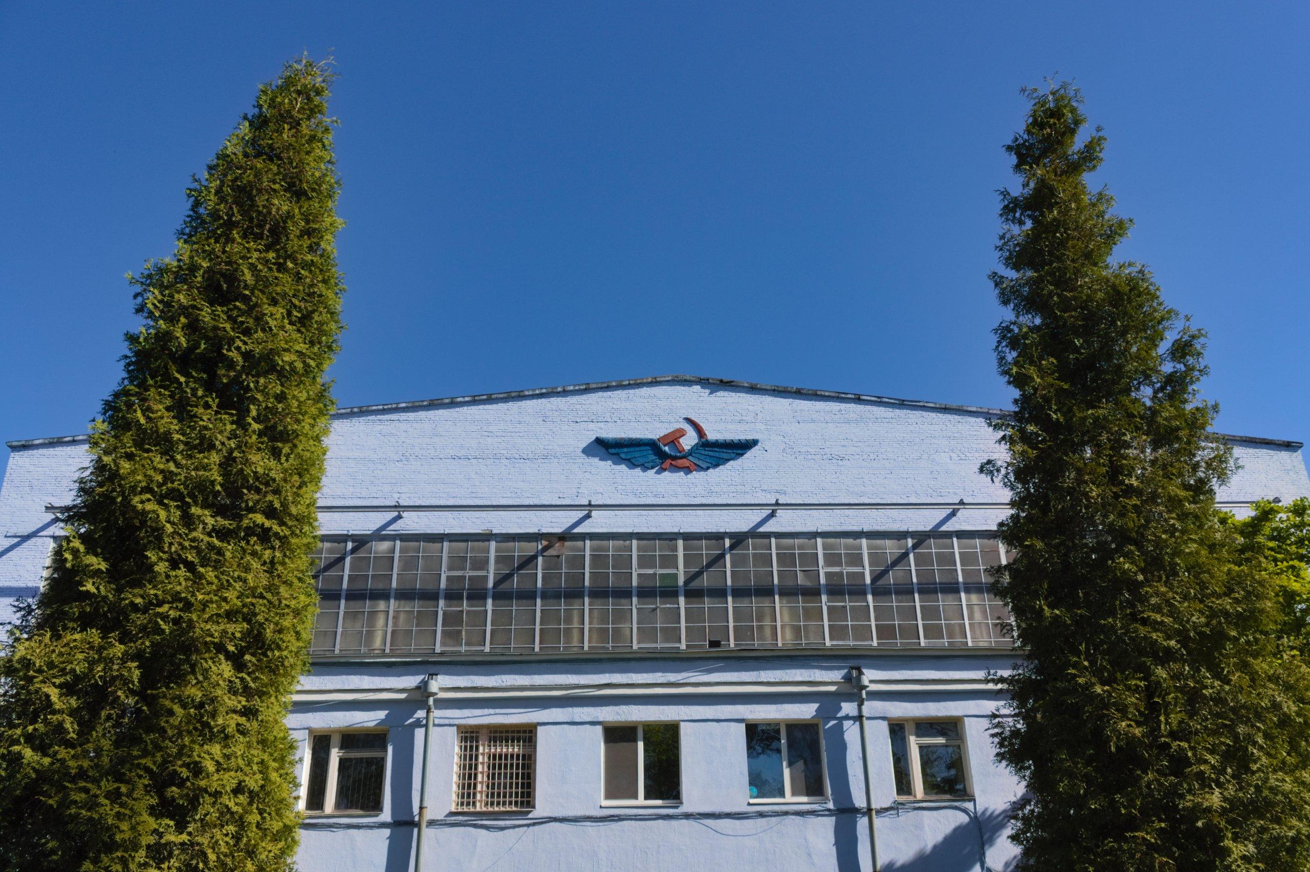 Артефакт СССР на здании авиаремонтного завода