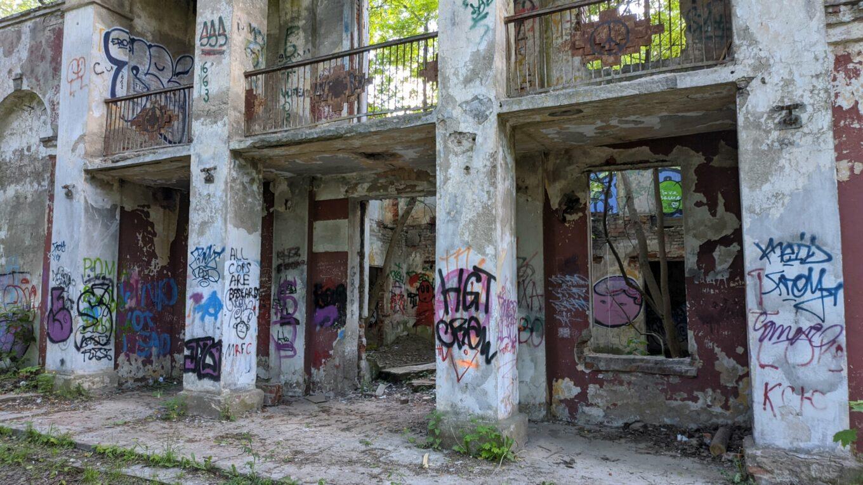 Руины дома культуры комбината силикатных изделий на ул. Минина в Минске