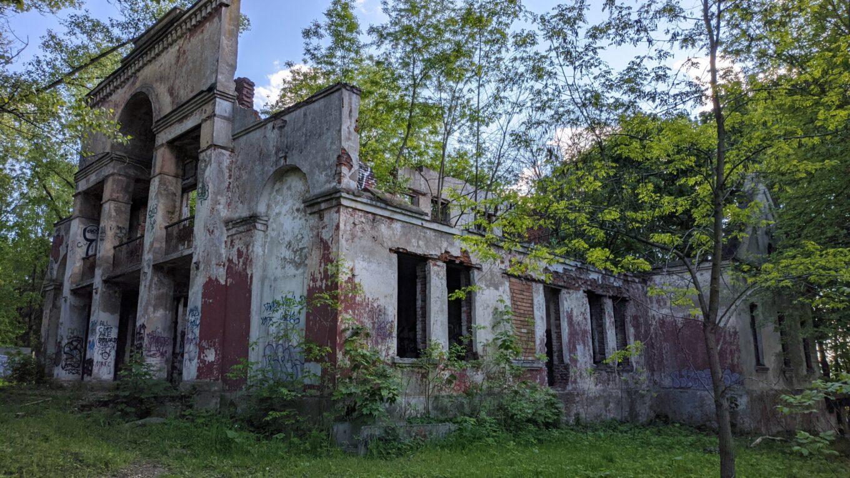 Ракурс, откуда видна большая часть развалин клуба КСИ