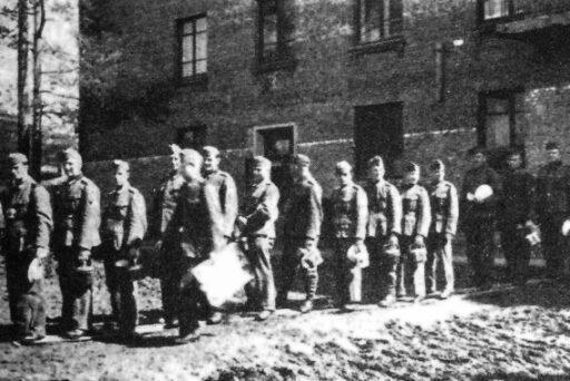 Узники концлагеря перед зданием ДОС