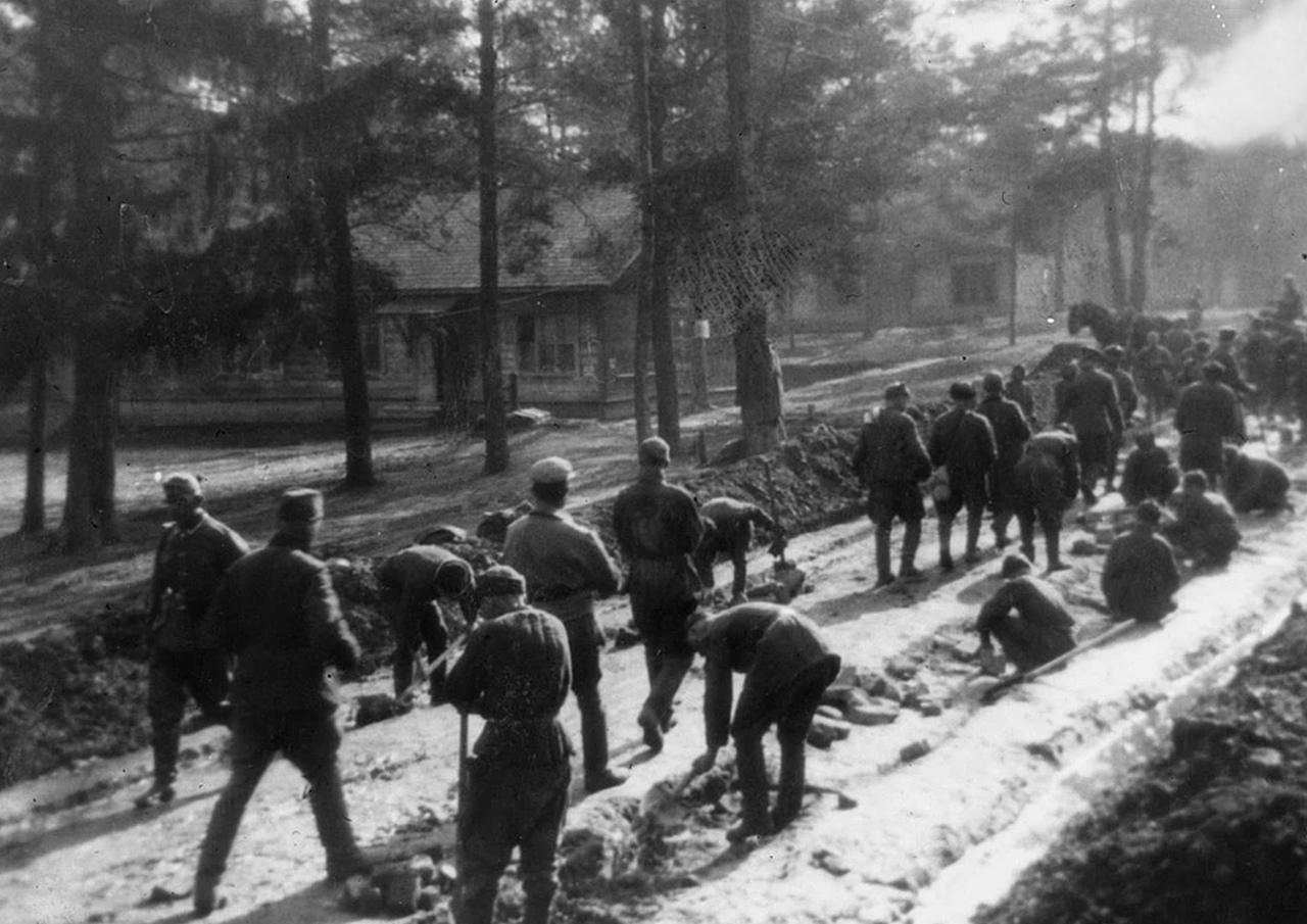 Узники лагеря кладут брусчатку, которая до сих пор лежит под асфальтом главных дорого военного городка Масюковщины