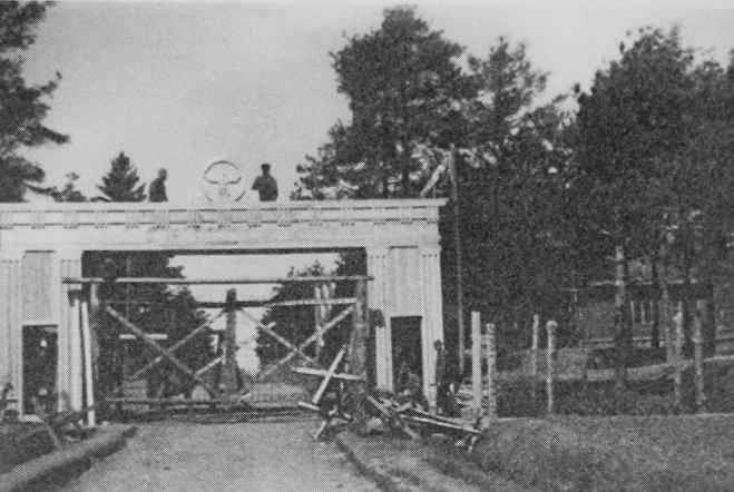 Ворота Stalag 352 в 1941 году. Их строили сами узники концлагеря